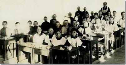 Мама (вторая слева за первой партой) со своим классом