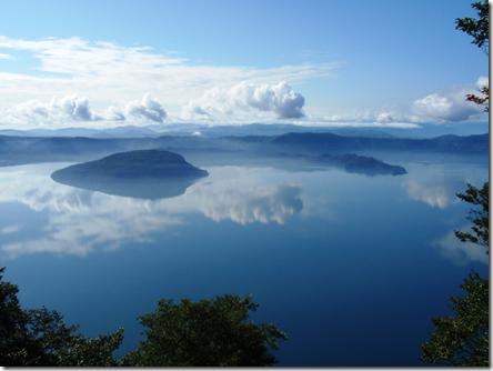 «Lake Towada from Ohanabe 2008» участника Soica2001 (talk) - собственная работа. Под лицензией Общественное достояние с сайта Викисклада - https://commons.wikimedia.org/wiki/File:Lake_Towada_from_Ohanabe_2008.jpg#/media/File:Lake_Towada_from_Ohanabe_2008.jpg