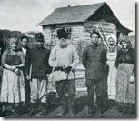 В центре: автор книги Фудзияма Кадзуо, Ксенофонт Бодунов и Ямадзое Сабуро, автор снимков, с жителями Романовки