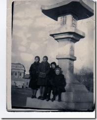 на территории храма Дзинцзя слева направо Тамара Наканиси, Тамара Румянцева, Наташа Николаева и сидит Люба Третьякова. Зима.